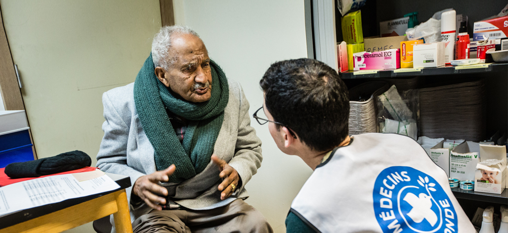 Un collaborateur de Médecins du Monde soigne un homme