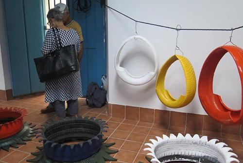 Œuvre réalisée avec des morceaux de pneus de couleurs variées.