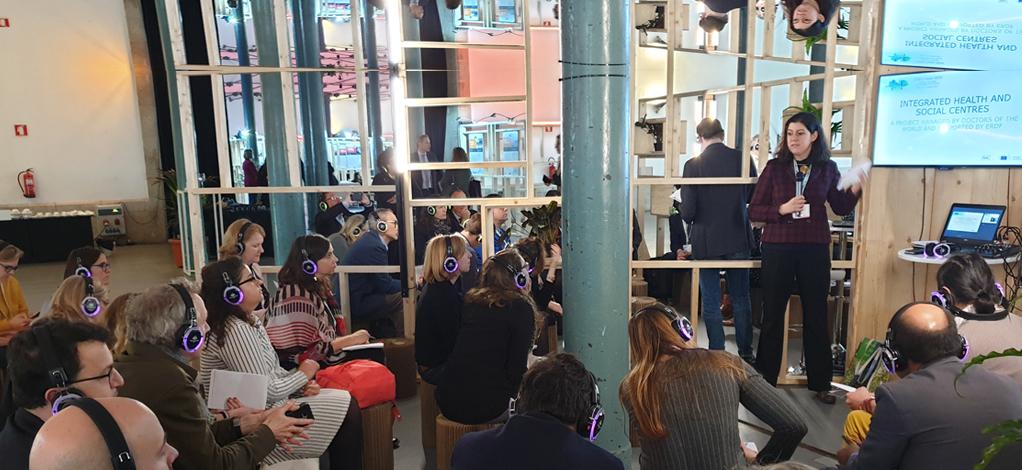 Les participants, assis, suivent avec traduction simultanée l'exposé de l'intervenante