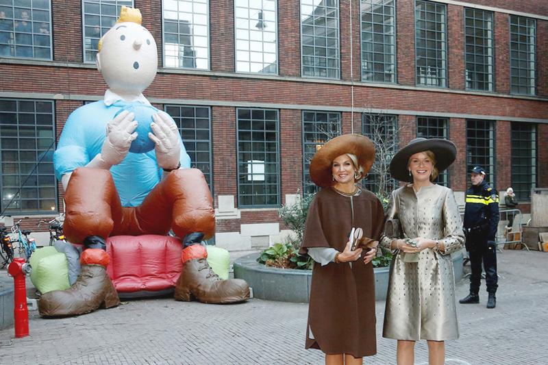 Les Reines devant le ballon de Tintin