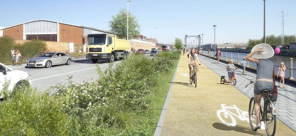 Cyclistes sur la future piste le long de la chaussée