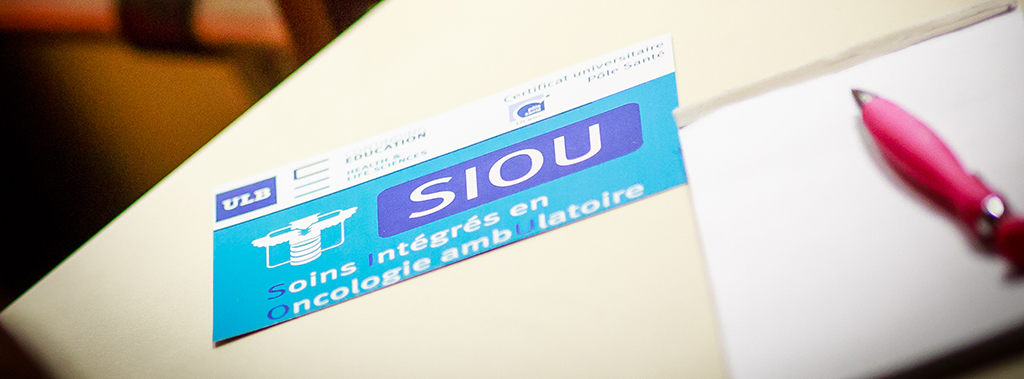 A card featuring the logo of the SIOU (soins intégrés en oncologie ambulatoire/integrated care in outpatient cancer therapy) on a table