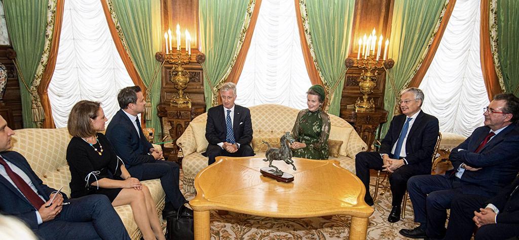 Les protagonistes sont assis dans un salon officiel.
