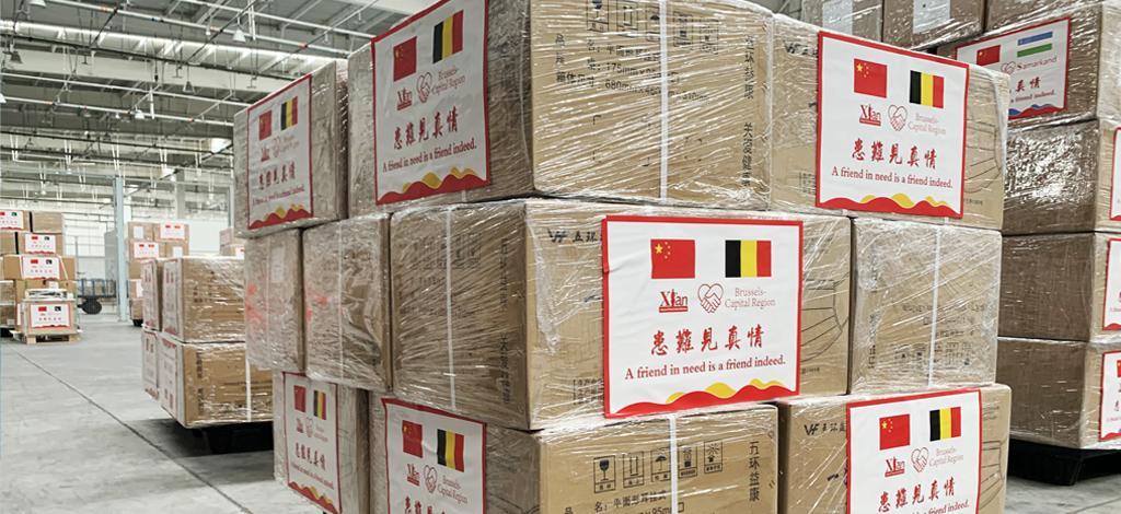Caisses en carton sur des palettes dans un entrepôt