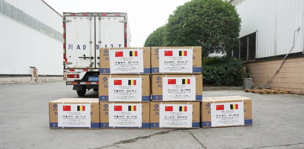 Caisses en carton devant un camion