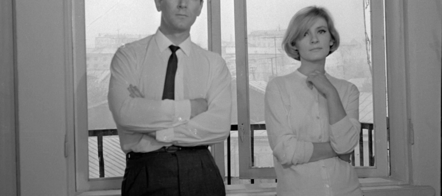 Couple côte à côte devant une fenêtre, image du film en N/B