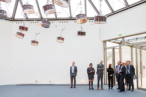 Les protagonistes, debout dans une salle d'exposition d'art contemporain.