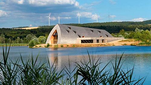 Vue du bâtiment contemporain, dans son espace naturel au bord de l'eau.