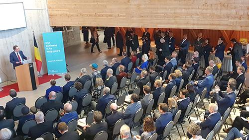 Les participants, assis face au Ministre-Président, écoutent le discours.