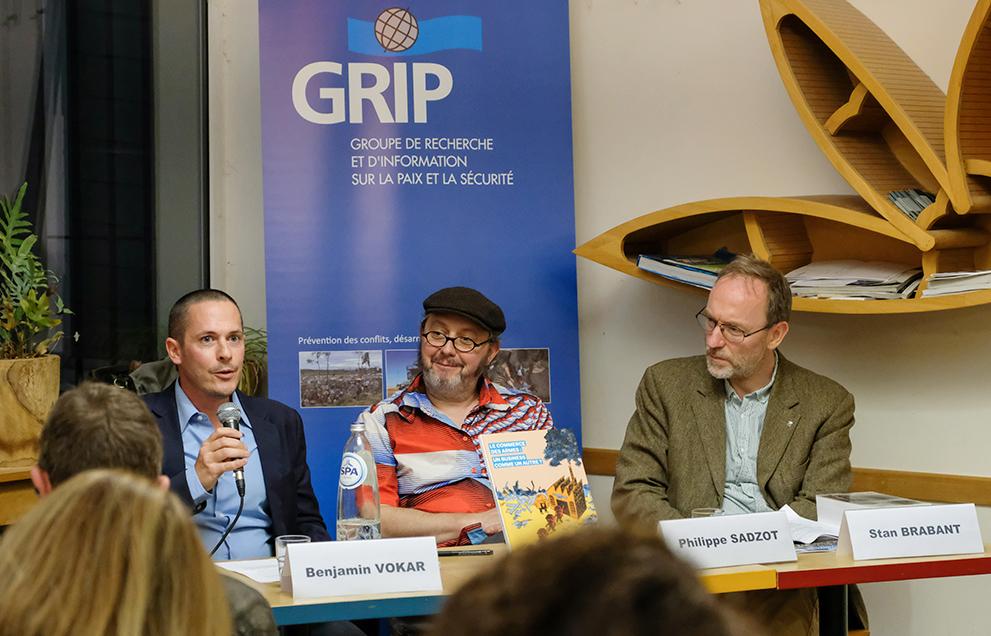 Assis face au public, les protagonistes présentent la bande dessinée.