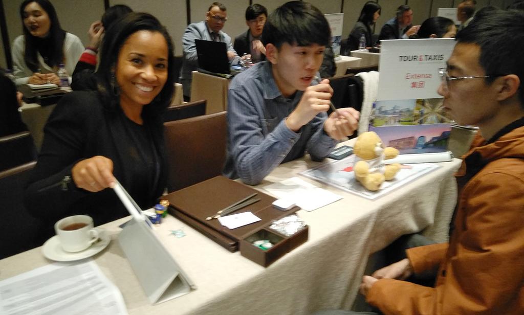 Nancy Ngoma est assise avec des participants chinois.