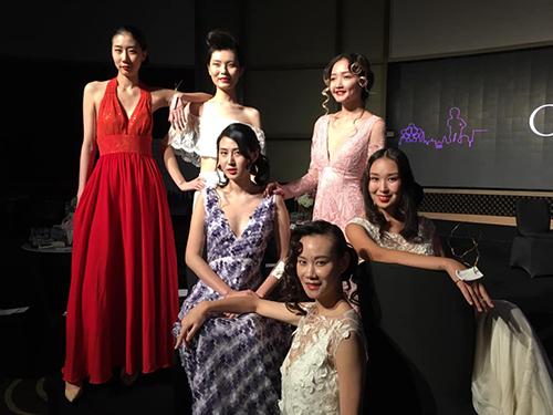 6 top models chinoises posent en tenue de soirée.