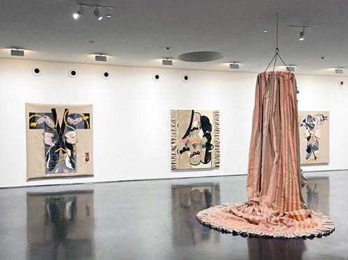 Une salle d'exposition avec cimaises.