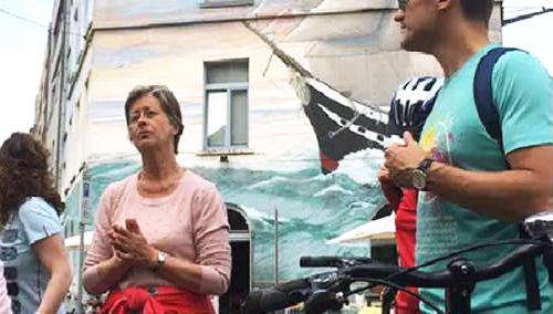 Fietsers staand naast hun fiets, logo van de #EUinmyregion-campagne