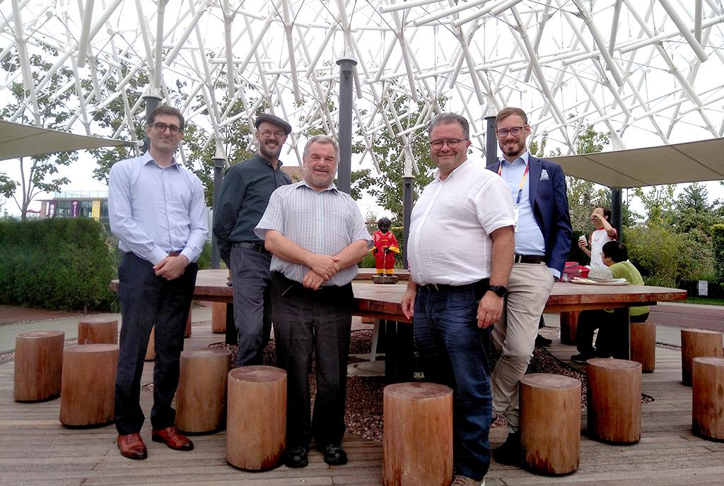 Les cinq représentants posent autour de Manneken Pis.