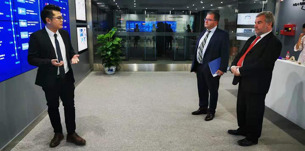 Christian Lamouline et un autre représentant écoutent les explications d'un responsable.