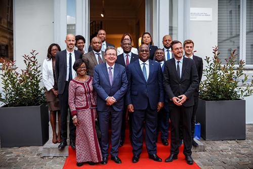 Les représentants congolais et bruxellois posent sur le tapis rouge, devant le bâtiment de …