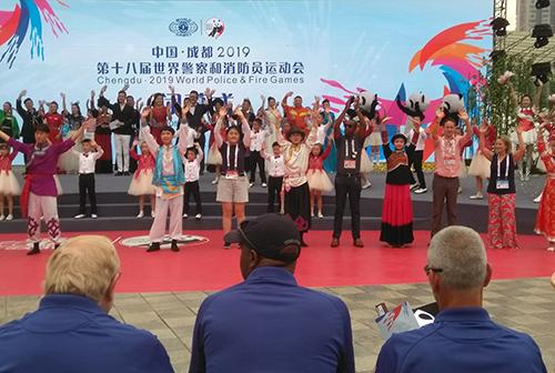 Danseurs et participants lors de la cérémonie de clôture.
