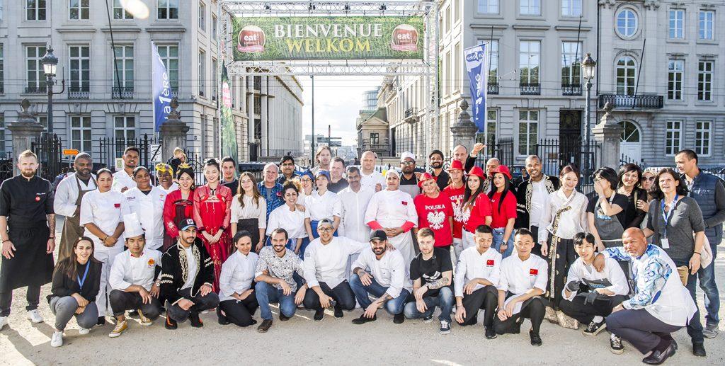 Les représentants posent dans le Parc de Bruxelles, devant la rue Royale.