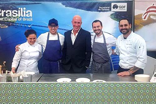Les protagonistes posent dans le stand culinaire brésilien.