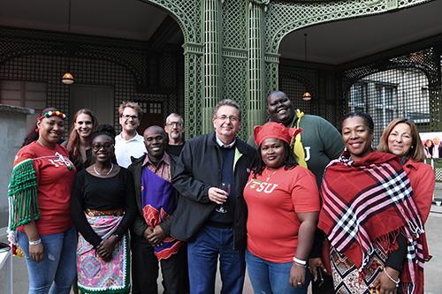 Le Ministre et la délégation posent dans le kiosque du Parc de Bruxelles.
